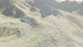 Ελικόπτερο που πετά πέρα από τα βουνά από την αυγή μέχρι φωτεινό απόθεμα βίντεο