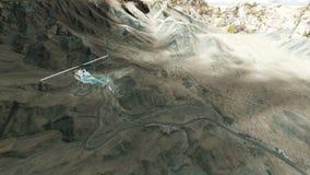 Ελικόπτερο που πετά πέρα από τα βουνά ημι σε νεφελώδη φιλμ μικρού μήκους