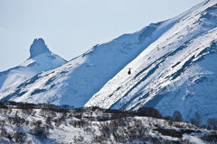 Ελικόπτερο που πετά στα βουνά της χερσονήσου Καμτσάτκα μέσα Στοκ εικόνα με δικαίωμα ελεύθερης χρήσης