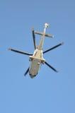 Ελικόπτερο που προσγειώνεται σε παράκτιες λάδι-εγκαταστάσεις, το ταξίδι υπηρεσιών στο πετρέλαιο και την πλατφόρμα φυσικού αερίου  Στοκ Φωτογραφία