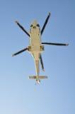 Ελικόπτερο που προσγειώνεται σε παράκτιες λάδι-εγκαταστάσεις, το ταξίδι υπηρεσιών στο πετρέλαιο και την πλατφόρμα φυσικού αερίου  Στοκ Εικόνες