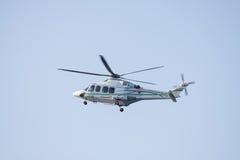 Ελικόπτερο που προσγειώνεται σε παράκτιες λάδι-εγκαταστάσεις Στοκ εικόνες με δικαίωμα ελεύθερης χρήσης