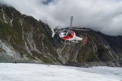 Ελικόπτερο που προσγειώνεται στο Franz Josef Glacier Στοκ Φωτογραφίες