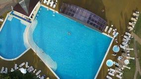 Ελικόπτερο που πυροβολείται εναέριο μιας λίμνης με τους κολυμβητές Να μεγεθύνει μέσα έξω φιλμ μικρού μήκους