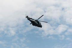 Ελικόπτερο Πολεμικής Αεροπορίας που πετά Στοκ εικόνα με δικαίωμα ελεύθερης χρήσης