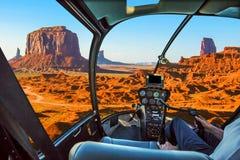 Ελικόπτερο στην κοιλάδα μνημείων στοκ φωτογραφία με δικαίωμα ελεύθερης χρήσης