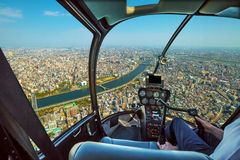 Ελικόπτερο στον ορίζοντα του Τόκιο Στοκ Εικόνα