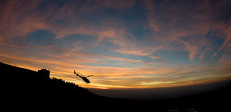 Ελικόπτερο στο ηλιοβασίλεμα Στοκ εικόνες με δικαίωμα ελεύθερης χρήσης