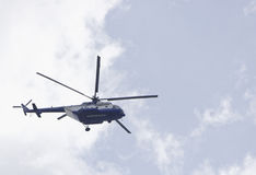 Ελικόπτερο της αστυνομίας που ελέγχει την κατάσταση Στοκ Φωτογραφία
