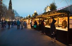 ΕΔΙΜΒΟΥΡΓΟ, ΣΚΩΤΙΑ, UK †«στις 8 Δεκεμβρίου 2014 - άνθρωποι που περπατούν μεταξύ των γερμανικών στάβλων αγοράς Χριστουγέννων στο Στοκ φωτογραφία με δικαίωμα ελεύθερης χρήσης
