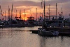 Ελλιμενίζοντας λιμένας βαρκών πανιών γιοτ ηλιοβασιλέματος Στοκ φωτογραφία με δικαίωμα ελεύθερης χρήσης