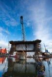 Ελλιμενίζοντας πλατφόρμα άντλησης πετρελαίου στο ναυπηγείο του Γντανσκ κάτω από την κατασκευή με το φ Στοκ Φωτογραφία