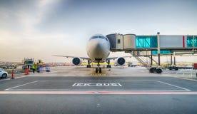 Ελλιμενισμένα αεροσκάφη αεριωθούμενων αεροπλάνων στον αερολιμένα του Ντουμπάι Στοκ εικόνα με δικαίωμα ελεύθερης χρήσης