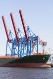 Ελλιμενισμένο σκάφος εμπορευματοκιβωτίων στο Αμβούργο, Γερμανία Στοκ Εικόνα