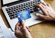 Ε-καταθέτοντας σε τράπεζα lap-top σύνδεσης πληρωμής οικονομικό Στοκ Φωτογραφίες
