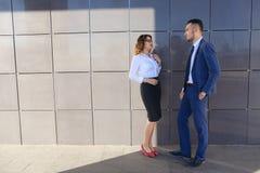 Ελκυστικά κορίτσι και αγόρι, νέοι επιχειρηματίες, σπουδαστές, discussin στοκ φωτογραφία