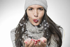 Ελκυστικά φυσώντας snowflakes γυναικών Στοκ Εικόνα