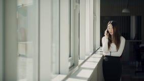 Ελκυστικές ασιατικές συζητήσεις γυναικών στο άσπρο κινητό τηλεφωνικό στην αρχή κοντινό παράθυρο απόθεμα βίντεο