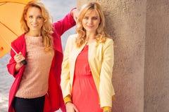 Ελκυστικές γυναίκες με τις ομπρέλες Στοκ φωτογραφίες με δικαίωμα ελεύθερης χρήσης
