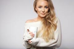 Ελκυστικές νεολαίες με ένα καυτό φλιτζάνι του καφέ Στοκ Εικόνες