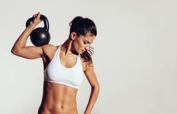 Ελκυστικές νεολαίες με να κάνει crossfit workout Στοκ Εικόνες