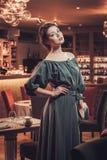 Ελκυστική αισθησιακή νέα κυρία στο εστιατόριο στοκ φωτογραφίες