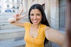 Ελκυστική λατινική γυναίκα που ακούει τη μουσική στο έξυπνο τηλέφωνό της Στοκ εικόνες με δικαίωμα ελεύθερης χρήσης