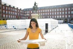 Ελκυστική λατινική γυναίκα που εξετάζει έναν χάρτη Στοκ Φωτογραφίες