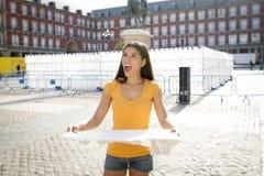 Ελκυστική λατινική γυναίκα που εξετάζει έναν χάρτη Στοκ Εικόνες