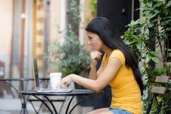 Ελκυστική λατινική γυναίκα που εργάζεται έξω στο lap-top Στοκ φωτογραφίες με δικαίωμα ελεύθερης χρήσης