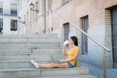 Ελκυστική λατινική γυναίκα που εργάζεται στο lap-top της Στοκ Εικόνα
