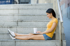Ελκυστική λατινική γυναίκα που εργάζεται στο lap-top της Στοκ εικόνες με δικαίωμα ελεύθερης χρήσης