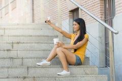 Ελκυστική λατινική γυναίκα που μιλά στο έξυπνο τηλέφωνό της Στοκ Φωτογραφίες