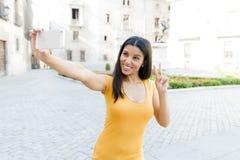 Ελκυστική λατινική γυναίκα που μιλά στο έξυπνο τηλέφωνό της Στοκ εικόνα με δικαίωμα ελεύθερης χρήσης