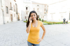 Ελκυστική λατινική γυναίκα που μιλά στο έξυπνο τηλέφωνό της Στοκ φωτογραφίες με δικαίωμα ελεύθερης χρήσης