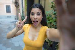 Ελκυστική λατινική γυναίκα που μιλά selfie Στοκ εικόνα με δικαίωμα ελεύθερης χρήσης