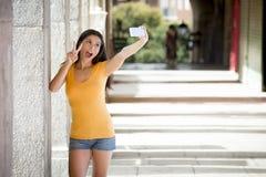 Ελκυστική λατινική γυναίκα που μιλά selfie Στοκ Εικόνες