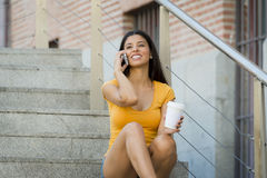 Ελκυστική λατινική γυναίκα στις δεκαετίες του '20 της ευτυχείς μιλώντας το κινητό έξυπνο τηλέφωνό της Στοκ Φωτογραφίες