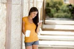 Ελκυστική λατινική γυναίκα στο έξυπνο τηλέφωνό της Στοκ Φωτογραφίες