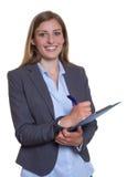 Ελκυστική γερμανική επιχειρηματίας με την περιοχή αποκομμάτων στοκ φωτογραφία με δικαίωμα ελεύθερης χρήσης
