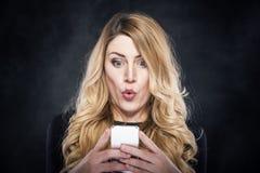 Ελκυστική γυναίκα γοητείας που κρατά το κινητό τηλέφωνό της στοκ φωτογραφία με δικαίωμα ελεύθερης χρήσης
