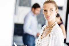 Ελκυστική γυναίκα εργαζόμενος στην αρχή Στοκ Εικόνα