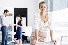Ελκυστική γυναίκα εργαζόμενος στην αρχή Στοκ φωτογραφία με δικαίωμα ελεύθερης χρήσης