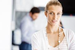 Ελκυστική γυναίκα εργαζόμενος στην αρχή Στοκ φωτογραφίες με δικαίωμα ελεύθερης χρήσης