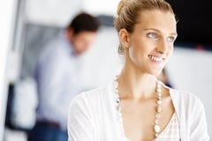 Ελκυστική γυναίκα εργαζόμενος στην αρχή Στοκ εικόνα με δικαίωμα ελεύθερης χρήσης