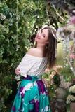 Ελκυστική γυναίκα μέσα στο floral κήπο μπλε φούστα Αφηρημένες ανασκοπήσεις φαντασίας με το μαγικό βιβλίο Στοκ φωτογραφίες με δικαίωμα ελεύθερης χρήσης