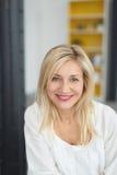 Ελκυστική γυναίκα με ένα θερμό φιλικό χαμόγελο Στοκ φωτογραφία με δικαίωμα ελεύθερης χρήσης