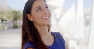 Ελκυστική γυναίκα με ένα καλό χαμόγελο απόθεμα βίντεο