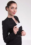 Ελκυστική γυναίκα με μια κάρτα στο χέρι του στοκ φωτογραφία