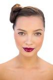 Ελκυστική γυναίκα με τα κόκκινα χείλια που εξετάζει τη κάμερα Στοκ φωτογραφία με δικαίωμα ελεύθερης χρήσης
